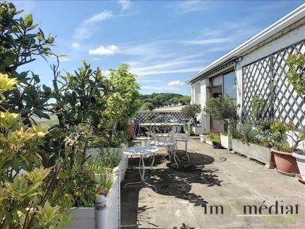Suresnes: 4 pièces: Séjour et terrasse avec vue imprenable sur paris.ndans